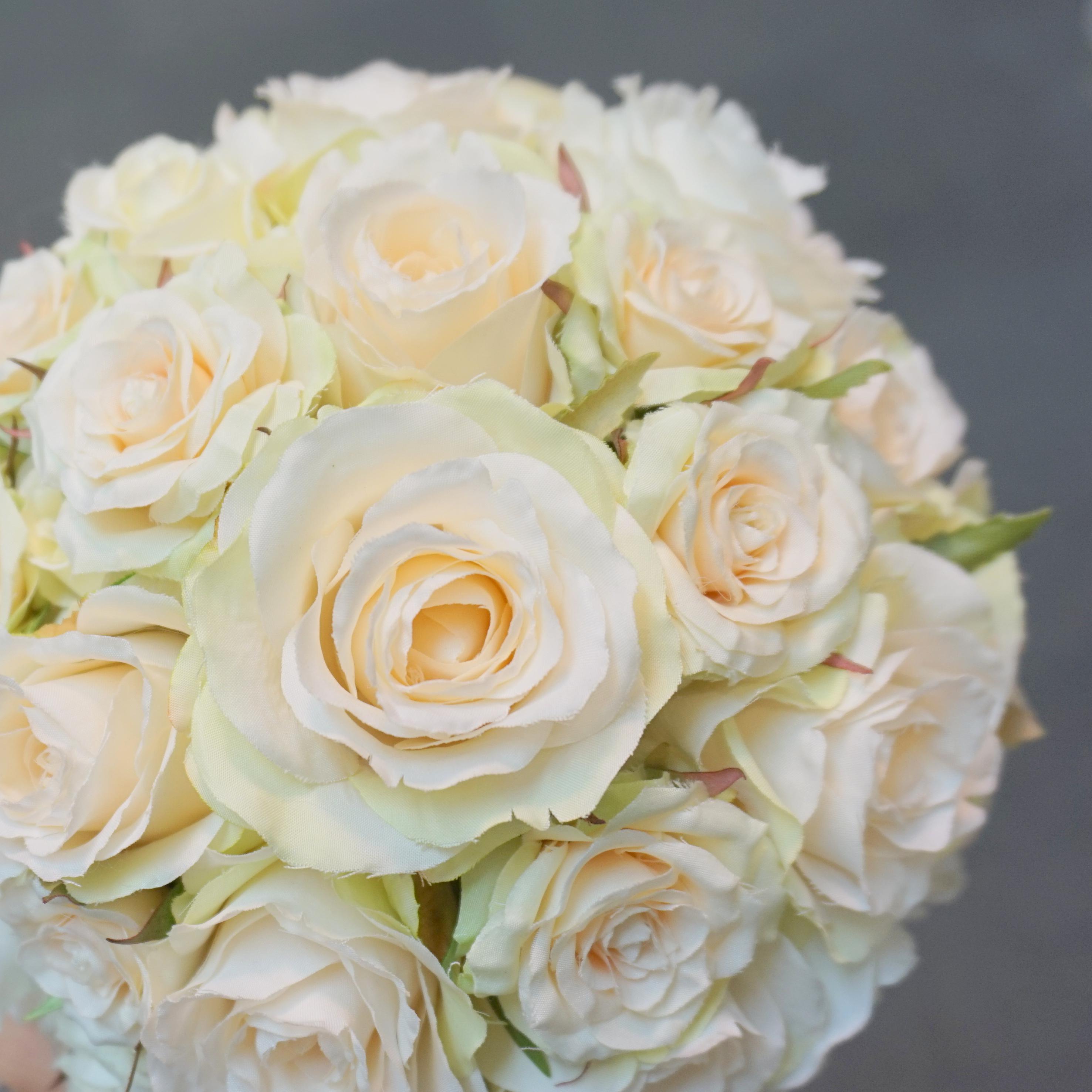 白い薔薇のラウンドブーケ